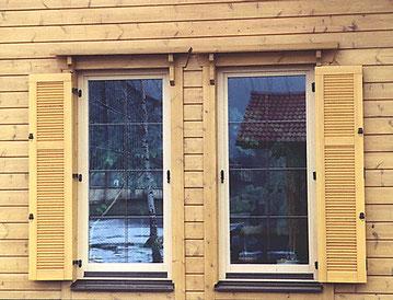 Blockhaus mit Klappläden als flexible Sichtschutz