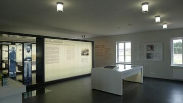 Blick in das Ausstellungsfoyer mit Lagermodell (rechts). Foto: A. Ehresmann, 30.4.2013
