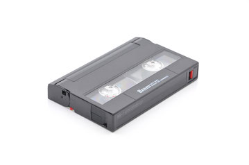 Wir digitaliseren Hi 8 Kassetten mit modernester Technik und brennen sie auf DVD, Blu ray, Festplatte oder USB-Stick.