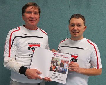 Artur Stark (rechts) und Manfred Wille stellen das Buch vor