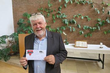 Helmut Bruns mit einer CVJM-Briefmarke