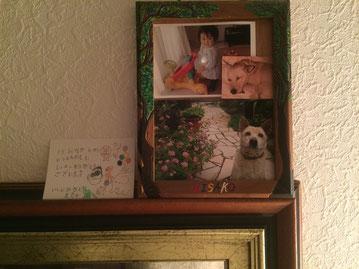 私の部屋に飾ってるセナ、姪の写真。左隣は、生徒さんからいただいたメッセージカード。あ、つまり愛おしいコーナーですね。