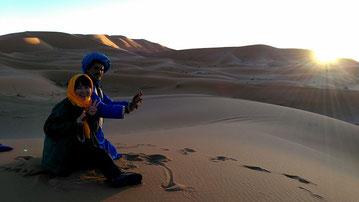 砂漠の朝日が昇る瞬間も感動的!