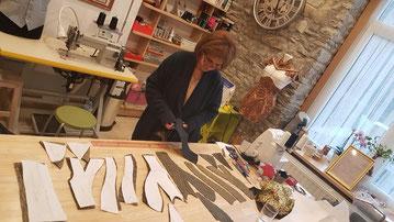 Karima lors de son stage en entreprise réalisant un corset