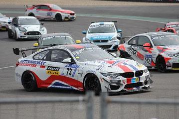Foto: Höhn  Der neue Leutheuser BMW GT4  (#73) im Startgetümmel auf dem Weg zu einem sehr starken Platz 3.