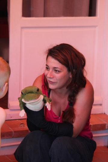 Julie présente sa marionnette de la grenouille à grande bouche aux enfants ébahis. Elle intervient à Tours, Amboise, Chinon, Bourges, Orléans...