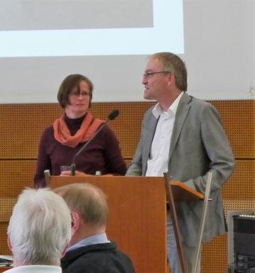 Dr. Janine Maegraith und Moderator Prof. Dr. Peter Rückert