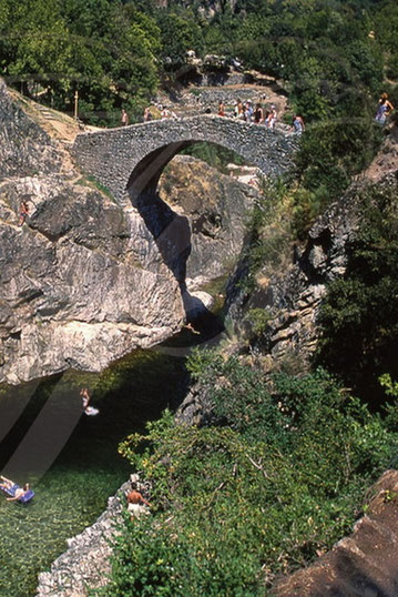 Le Pont du Diable est un très bel exemplaire des multiples ponts construits en Ardèche pour relier les rives et les hommes.