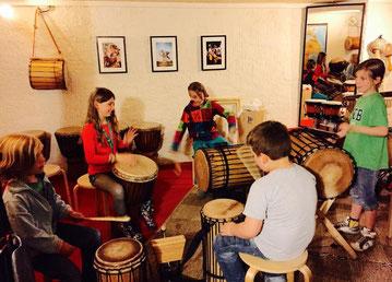 """Waraba Juniors - Trommelkurse für afrikanisches Trommeln für Kinder an der """"TAXI BROUSSE"""" Schule für Malinkperkussion"""