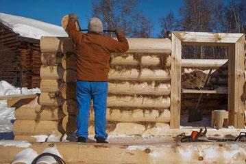 Naturstammhaus - Baumstammhaus - Baustelle - Handwerker bei der Arbeit - Abdichtung - Dichtung - Dichtungsbänder - Blockhausbau - Russland - Estland - Silberien - Blockhausbauer - Holzbau - Holz