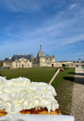 gauffre alla crema chantilly - waffle con panna montata di fronte al castello di Chantilly  in Francia