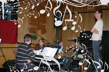 unser Chorleiter Robert Kast (ganz rechts) mit Bandmitgliedern der Band des SI-Centrums Stuttgart (Ralph Abelein am Piano, Stefan Großekathöfer an der Gitarre, Christoph Dangelmaier am Bass und Eckhard Stromer an den Drums (leider nicht im Bild)
