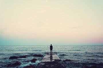 Oft behindern Ängste, alte Glaubenssätze und Überlebensstrategien die Entfaltung der eigenen Persönlichkeit.