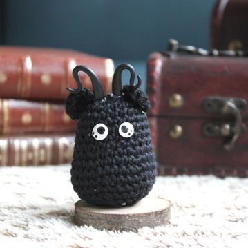 personnage totem fantastique démon facétieux, noir avec des cornes, fait à la main au crochet