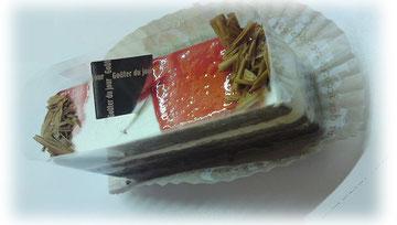チョコの生地にガナッシュとサワーチェリーをサンド。 キルシュも少し入って大人の味