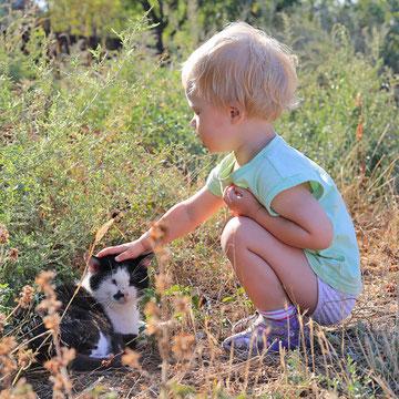 Bild Kinder & Tiere von Luidmila Kot auf Pixabay