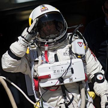 Felix Baumgartner in der Red Bull Stratosphären-Ausrüstung (WikiCommons, Urheber: Joerg Mitter, Predrag Vuckovic, Balazs Gardi) Source: http://www.redbull.fr/cs/Satellite/fr_FR/Article/saut-stratosphere-stratos-jour-date-021243269077423