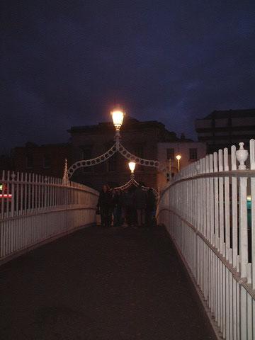 リフィー川にかかっていた橋に会ったライト。雰囲気のあるRでまとめられていますね。