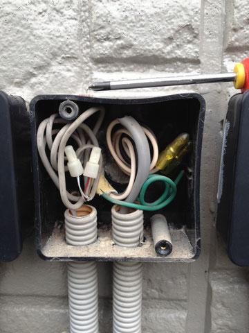 インターフォン親機から外壁の中継ボックスまで伸びて来ているインターフォン子機に繋ぐ線。
