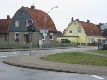 近所は閑静な住宅地でした。家の形が絵本「ちいさいおうち」の様