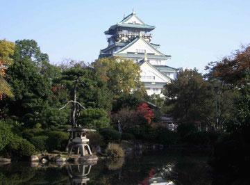 日本庭園から見る大阪城天守閣。今の天守閣は3代目