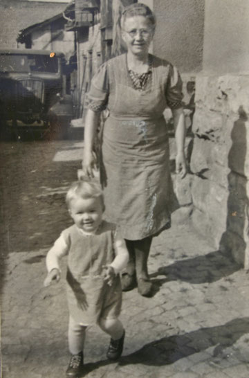 Ebi mit Oma Marie 1952 neben seinem Geburtshaus, hinten Opel Blitz für Gemüsetransporte (hauptsächlich Großengottern) - Sammlung E. Müller