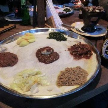 撮影:M.MAEDA  テフという米科の穀物を素材とするクレープ状の食材とのこと