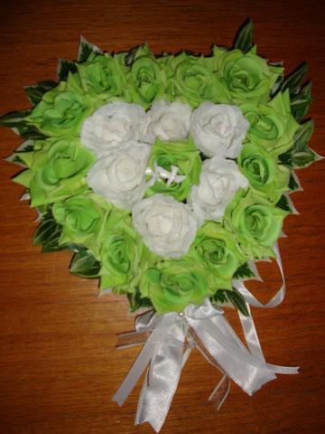 Herz mit grünen und weißen Rosen und kleines Taubenpaar für die Oldtimer  - Rolls-Royce + Excalibur.