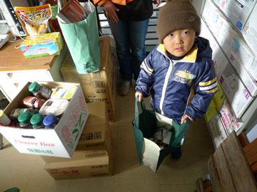 食料を寄贈しくれた少年。みなさまの寄付・寄贈で成り立っている事業です。