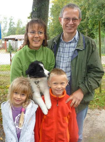 Ayron mit seiner neuen Familie. Er wohnt jetzt in der Schweiz.