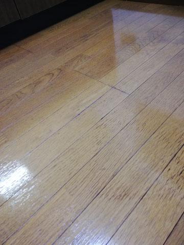 ワックス塗布後の床の写真。光沢が復活しています。