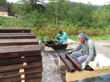 木材の防腐材塗布作業