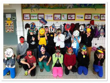 Klasse 4a stellt Gipsmasken her
