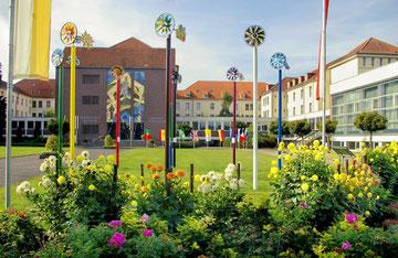 links Kloster und Kirche - rechts Gymnasium