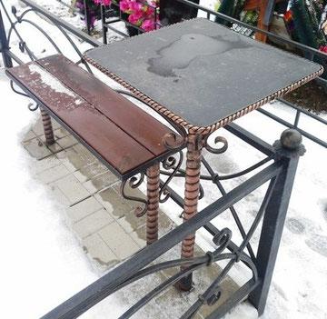 лавка и столик на кладбище