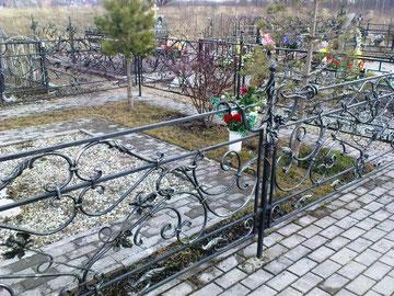 ограда с кованными элементами