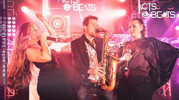 DJ und Sängerinnen mit Saxophonist für Gala