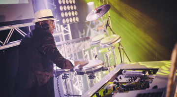DJ mit Percussion Congas Düsseldorf Köln Firmenfeier