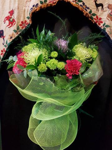Ramo variado hecho con flores malvsa y verdes. ref RV031116