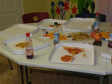 … und das anschließende Schlachtfeld zeigt, dass die Pizzas geschmeckt haben.