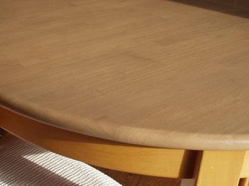 ゴム集成材のカフェテーブルの断面加工
