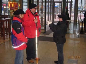 Unterricht mit einem Usher-Betroffenen (Taub-Blindheit). Eine Gebärdendolmetscherin übersetzt meine Anleitungen für den hochgradig sehbehinderten Mann.