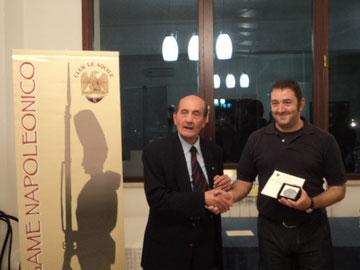 """Il Presidente della sezione U.N.U.C.I. Gaeta - sud pontino premia il """"Valoroso"""" del torneo: Mauro Folgori"""