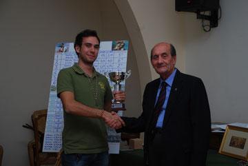 """Il Presidente della sezione U.N.U.C.I. sud-pontino premia il """"Valoroso"""" del torneo, Gabriele Tabacchini"""