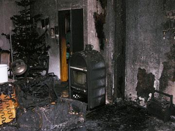 Wann genau es in diesem Wohnzimmer eines Odenbach Wohnhauses gebrannt hat, lässt sich nur schwer ermitteln. Die Besitzer waren zum Unglückszeitpunkt in Urlaub. Am Freitagmorgen entdeckte der Sohn des Paares den Schaden. (Polizeibild)