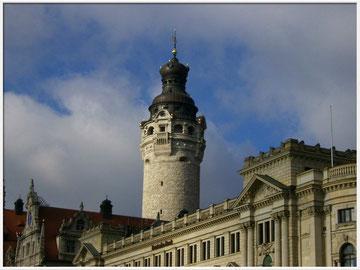 Rathausturm und Bankgebäude