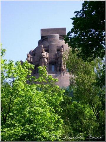 Das Völkerschlachtdenkmal aus der Sicht vom Südfriedhof
