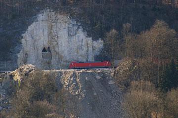 Ein Containerzug kommt von Nürnberg