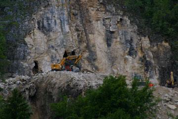 Höhlenzugang hinter dem Bagger