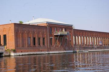 renovierter Industriebau, der rechte Teil ist zur Zeit entkernt, der linke bereits bewohnbar und durch einen Balkon ergänzt